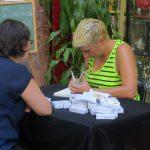 Firmando a Julia Comino.