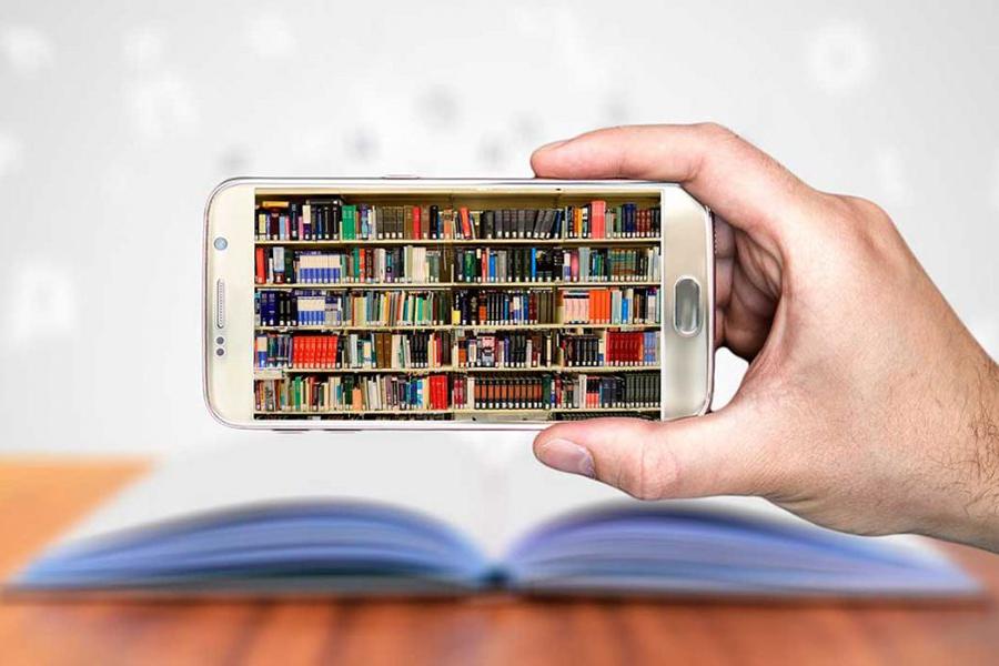 Libros guardados en un smartphone.